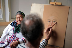 Pierre Lussier, painter, sketches an Elder's portrait © Michel Patry